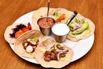 Míchané koktejly a talíř mexických dobrot