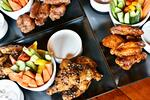 Křídla se zeleninou a omáčkami v Aloha baru