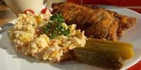 Smažený kuřecí řízek s bramborovým salátem + polévka