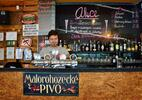 Dva drinky Aperol Spritz v originálním baru