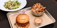 Burger s hovězím masem nebo falafelem a přílohou