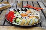 Pestře namíchané sushi sety s sebou