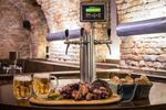 2 kg pečeného masa u stolu se samovýčepem