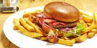 Burger s hovězím Chuck Roll a degustace tří piv